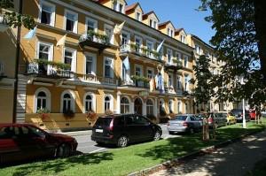 Kuren in Tschechien: Blick auf das Kurhaus Dr. Adler in Franzensbad Frantiskovy Lázne