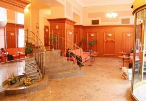 Kuren in Tschechien: Eingang des Astoria Hotel & Medical SPA in Karlsbad Karlovy Vary