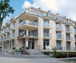 Kuren in Polen: Außenansicht vom Hotel Avangard und Panorama in Swinemünde