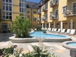 Kuren in Tschechien: Terrasse des Hotel Bajkal in Franzensbad Frantiskovy Lazne