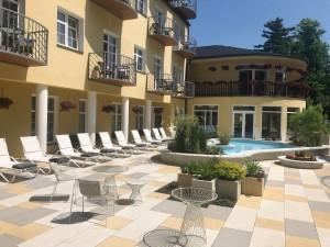 Kuren in Tschechien: Außenterrasse des Hotel Bajkal in Franzensbad Frantiskovy Lazne