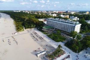 Kuren in Polen: Strandansicht vor dem Sanatorium in Kolberg Kolobrzeg Ostsee Polen