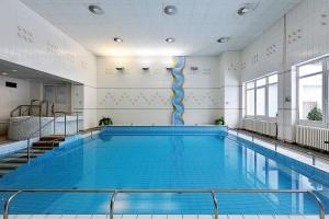 Kuren in Tschechien: Schwimmbad im Kurhotel Akademik Behounek in St. Joachimsthal Jáchymov