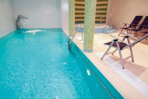 Kuren in Polen: Schwimmbad im Kurhaus Bursztyn in Kolberg Kolobrzeg