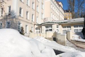 Kuren in Tschechien: Winterimpressionen im Kurkomplex Curie in St. Joachimsthal Jáchymov