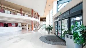 Kuren in Polen: Lobby des Gesundheits- und Erholungszentrum Ikar Plaza in Kolberg Kolobrzeg
