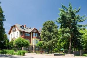 Kuren in Polen: Blick auf die andere Seite des Kurhotel Kaja in Bad Flinsberg Swieradów Zdrój Isergebirge