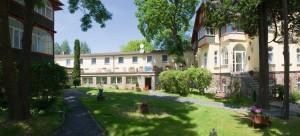 Kuren in Polen: Innenhof des Kurhotel Kaja in Bad Flinsberg Swieradów Zdrój Isergebirge