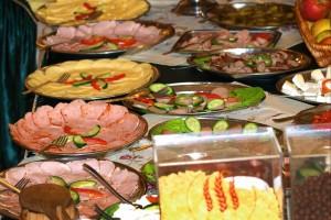 Kuren in Polen: Bufett im Kurhotel Kaja in Bad Flinsberg Swieradów Zdrój Isergebirge