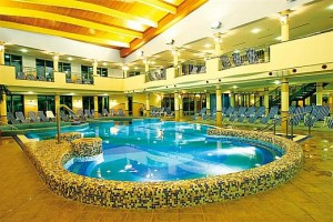 Kuren in Ungarn: Schwimmbecken im Hotel Karos SPA in Zalakaros