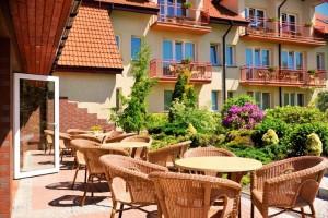 Kuren in Polen: Sonnenterrrasse im Hotel Kormoran Rowy Rowe Polen