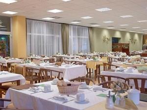 Kuren in der Slowakei: Speisesaal des Kurhaus Krym in Trencianske Teplice