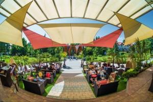 Kuren in Ungarn: Sonnenterrasse des MenDan Magic SPA & Wellness Hotel in Zalakaros
