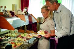 Kuren in Tschechien: Bufett im Kurhotel Miramare Luhacovice Luhatschowitz