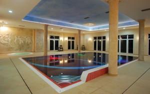 Kuren in Polen: Schwimmbecken im Klinika Mlodosci Medical SPA Bad Flinsberg Isergebirge