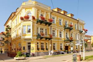 Kuren in Tschechien: Blick auf das Kurhaus Palace 1 in Franzensbad (Frantiskovy Lazne)
