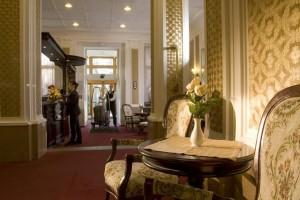 Kuren in Tschechien: Lobby mit Rezeption im Kurhotel Pawlik in Franzensbad Frantiskovy Lázne