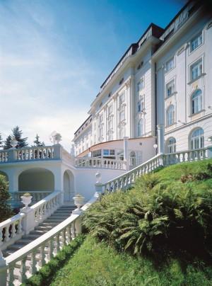 Kuren in Tschechien: Außenanlage des Kurhotel Radium Palace in St. Joachimsthal Jáchymov