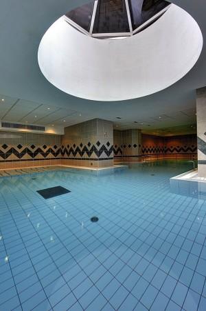Kuren in Tschechien: Schwimmbad im Kurhotel Radium Palace in St. Joachimsthal Jáchymov