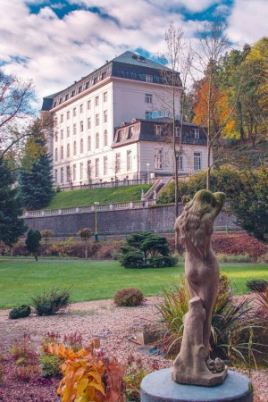 Kuren in Tschechien: Blick auf das Kurhotel Radium Palace in St. Joachimsthal Jáchymov