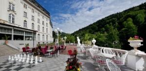 Kuren in Tschechien: Außenterrasse des Kurhotel Radium Palace in St. Joachimsthal Jáchymov
