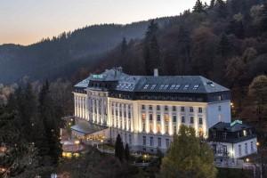 Kuren in Tschechien: Weitblick zum Kurhotel Radium Palace in St. Joachimsthal Jáchymov