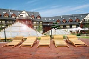 Kuren in Polen: Sonnenterrasse im Wellnesshotel Sandra SPA Karpacz in Krummhübel