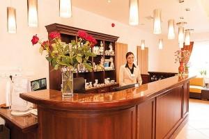 Kuren in Polen: Rezeption des Kurhotel Sanus in Bad Flinsberg Swieradow Zdroj Isergebirge