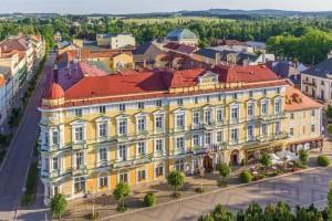 Kuren in Tschechien: Blick auf das Kurhaus Savoy in Franzensbad Frantiskovy Lazne