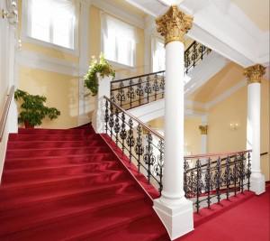 Kuren in Tschechien: Treppenaufgang im Kurhaus Savoy in Franzensbad Frantiskovy Lazne