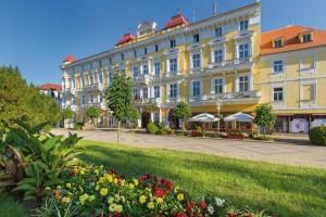 Kuren in Tschechien: Seitenansicht des Kurhaus Savoy in Franzensbad Frantiskovy Lazne