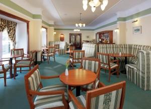 Kuren in Tschechien: Cafe mit Bar des Kurhaus Savoy in Franzensbad Frantiskovy Lazne