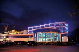 Kuren in Polen: Nachtansicht des Hotel Unitral in Mielno