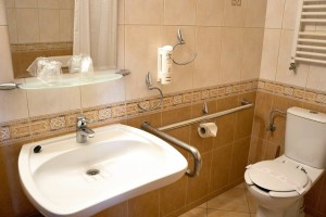 Kuren in Polen: Badansicht behindertengerechtes Doppelzimmer im Hotel Unitral in Mielno