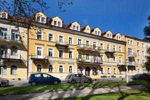Kuren in Tschechien: Vorderansicht des Kurhaus Dr. Adler in Franzensbad Frantiskovy Lázne