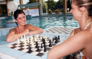 Kuren in Ungarn: Schach spielen im Thermalwasser im Danubius Health Spa Resort Bük in Bük