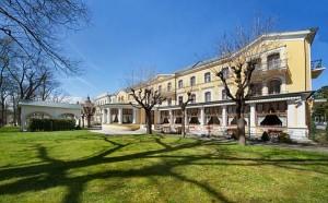Kuren in Tschechien: Seitenansicht des Kurhaus Belvedere in Franzensbad (Frantisvoky Lázne)