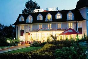 Kuren in Tschechien: Abendansicht des Kurhotel Berlin in Marienbad Mariánske Lázne