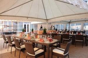 Kuren in Ungarn: Außenterrasse des Hunguest Hotel Flóra in Eger