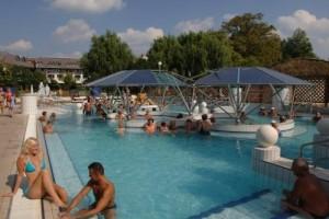 Kuren in Ungarn: Freibecken im Thermalkomplex neben dem Hunguest Hotel Flóra in Eger
