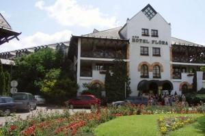 Kuren in Ungarn: Außenanblick auf das Hunguest Hotel Flóra in Eger