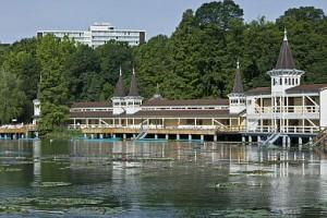 Kuren in Ungarn: Blick vom Heilsse aus auf das Thermal Héviz Ensana Health Spa Hotel in Héviz