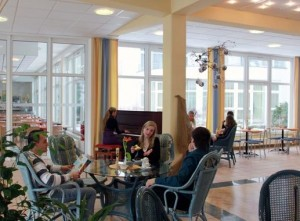 Kuren in Deutschland: Cafeteria im Medical-Wellness-Zentrum in der Klinik am Haussee