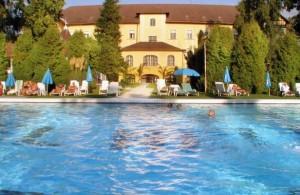 Kuren in Ungarn: Außenschwimmbecken des Hunguest Hotel Helios in Héviz