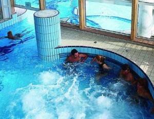 Kuren in Ungarn: Im Hallenschwimmbad des Danubius Health Spa Resort Aqua in Héviz