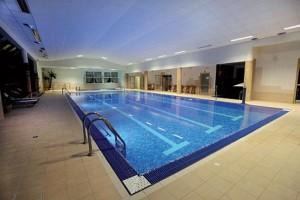 Kuren in Polen: Schwimmbad des Rehabilitions- und Erholungszentrum Jantar in Dziwnowek Wald Ostsee