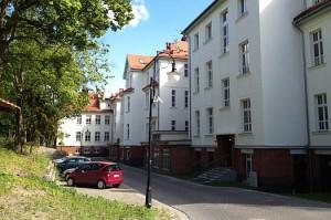 Kuren in Polen: Parkplätze beim Hotel Kaisers Garten in Swinemünde