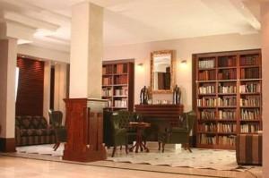 Kuren in Polen: Bibliothek des Wellnesshotel Sandra SPA Karpacz in Krummhübel