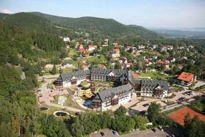 Kuren in Polen: Ortansicht mit dem Wellnesshotel Sandra SPA Karpacz in Krummhübel