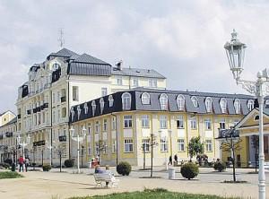 Kuren in Tschechien: Blick auf das Kurhaus Kijev in Franzensbad (Frantiskovy Lázne)